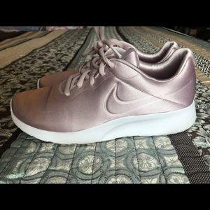 Used Women Size 7 Nike Satin Pale Pink Tajun Shoes